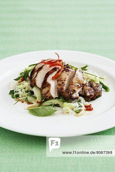 Sticky Chicken (Marinierte Hähnchenbrust) auf Salat