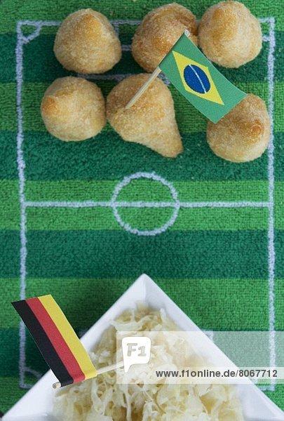 Salgadinhos (Brasilien) & Sauerkraut (Deutschland) mit Fussballdeko