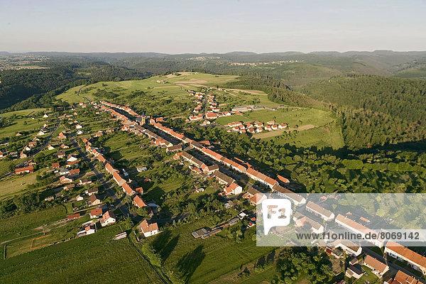 Feuerwehr  über  Landwirtschaft  Wald  Dorf  Heiligtum  Ansicht  Luftbild  Fernsehantenne