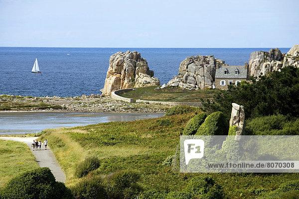 zwischen inmitten mitten Felsbrocken gebraucht Wohnhaus Küste Werbung pink Granit Plougrescant