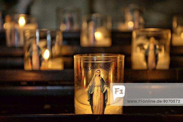 verbrennen  klein  Kathedrale  Beleuchtung  Licht  Kerze  Heiligtum  16-17 Jahre  16 bis 17 Jahre  Regenwald  Jungfrau Maria  Madonna  Kapelle  Pierre