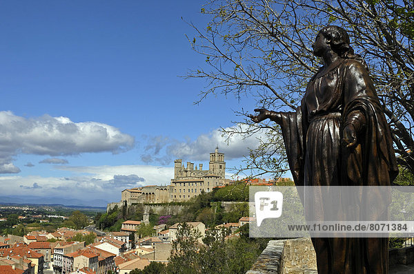 'View of the city of Beziers (34) : statue of the Virgin and Beziers Cathedral (''Cathedrale Saint-Nazaire-et-Saint-Celse de Beziers'')'