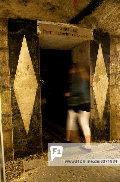Frau  Bewegung  Fotografie  gehen  Tür  Tourist  Ende  Inschrift  Konsequenz  Tod  einstellen