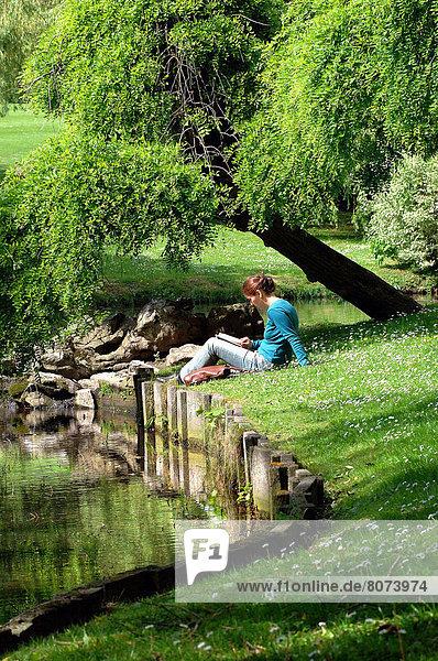 Frau  Botanik  Mittelpunkt  jung  Teich  vorlesen