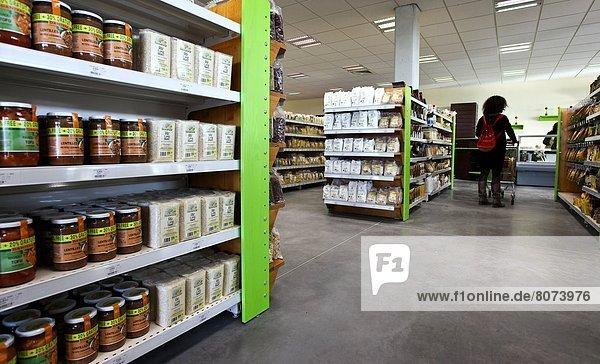 Frau  schieben  Regal  Kinderwagen  jung  Olive  Öl  Supermarkt  Essig