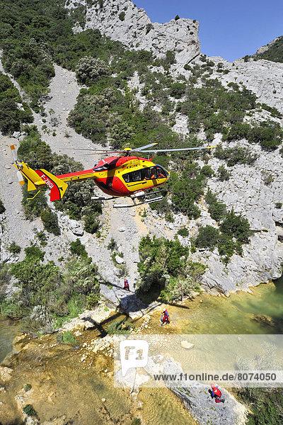 Rettung  Landschaft  Gefahr  üben  Notfall  Unglück  Hubschrauber  Dienstleistungssektor  Schlucht  Karten austeilen