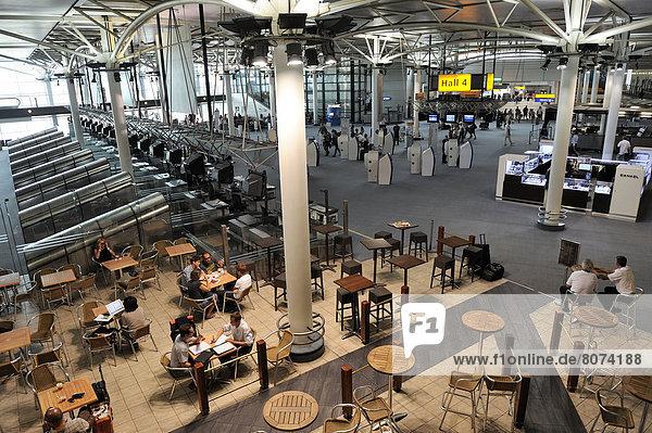 sitzend  Städtisches Motiv  Städtische Motive  Straßenszene  Straßenszene  Halle  Restaurant  Gemeinschaft  Flughafen  Passagier  Terrasse  Provence - Alpes-Cote d Azur  Marseille