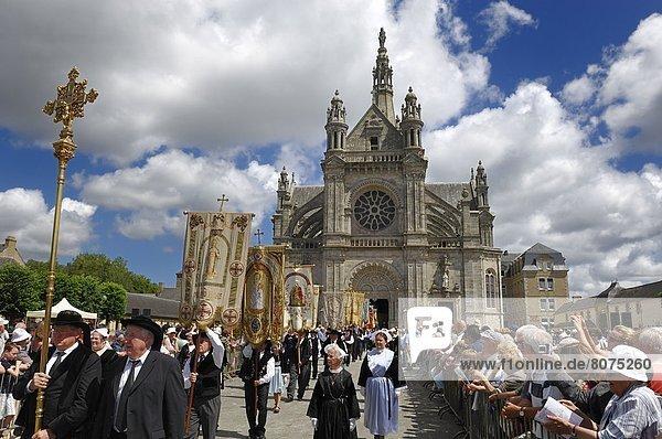 Frau  Mann  Tradition  halten  Kirche  Religion  frontal  Zeremonie  Reklameschild  1  katholisch  Kostüm - Faschingskostüm  Bretagne  Menschenmenge  Wallfahrt