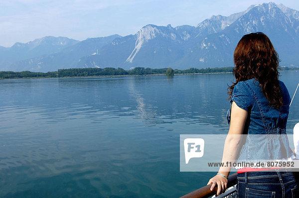 überqueren  ruhen  See  jung  Geländer  Dampfer  Menschlicher Ellbogen  Menschliche Ellbogen  Mädchen  Genf  Schweiz