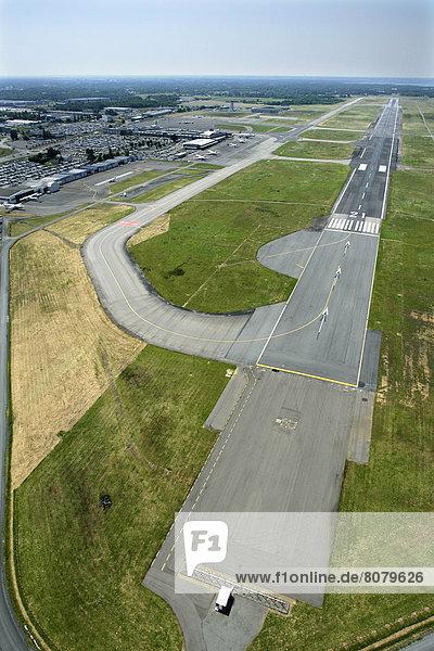 Rollbahn  Flughafen  Ansicht  Nantes  Luftbild  Fernsehantenne