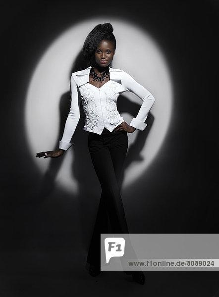 Eine Frau steht im Scheinwerferlicht