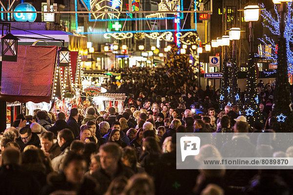 Menschenmengen drängen sich zwischen Geschäften und Weihnachtsmarkt-Ständen  Fußgängerzone in der Essener Innenstadt Menschenmengen drängen sich zwischen Geschäften und Weihnachtsmarkt-Ständen, Fußgängerzone in der Essener Innenstadt