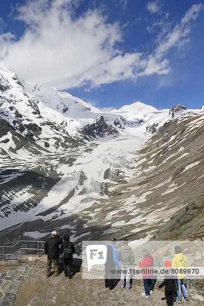 Ausblick von Kaiser-Franz-Josefs-Höhe über Pasterze-Gletscher mit Großglockner  links  und Johannisberg