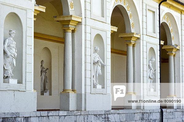 Südlicher Arkadengang mit weiblichen Statuen  Musen  Neues Schloss Schleißheim  Ostseite