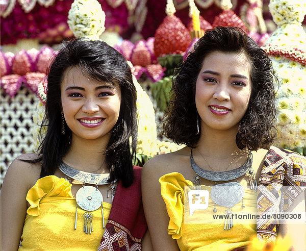 Zwei Frauen beim Blumenfest  geschmückter Festwagen