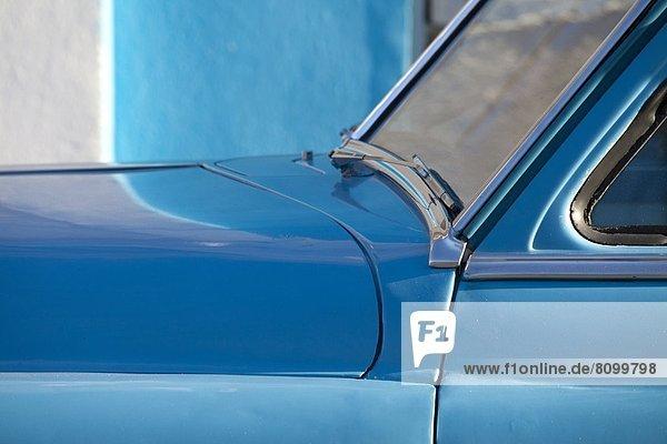 Detail  Details  Ausschnitt  Ausschnitte  Wand  Auto  Retro  blau  streichen  streicht  streichend  anstreichen  anstreichend  amerikanisch  Westindische Inseln  Mittelamerika  Cienfuegos  Kuba