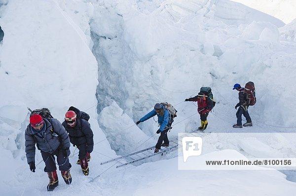 überqueren  Leiter  Leitern  Berg  Himalaya  Mount Everest  Sagarmatha  UNESCO-Welterbe  Asien  Nepal