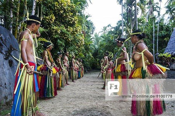 Mensch Menschen tanzen Insel Pazifischer Ozean Pazifik Stiller Ozean Großer Ozean Volksstamm Stamm Karolinen Holzstock Stock