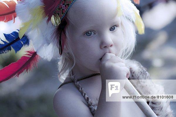 Kleines Mädchen spielt Indianer