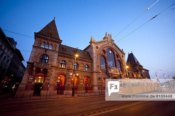 Budapest  Hauptstadt  passen  Nacht  Halle  frontal  Mittelpunkt  Straßenbahn  Ungarn  Markt