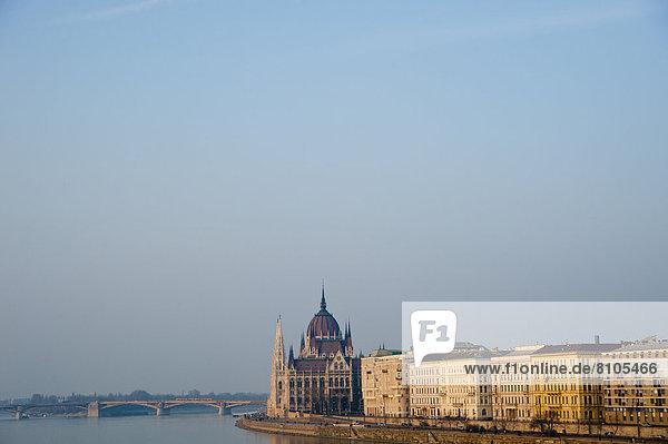 Budapest  Hauptstadt  Brücke  Parlamentsgebäude  Ansicht