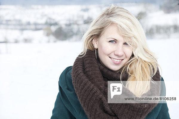 Junge blonde Frau mit Schal  Portrait Junge blonde Frau mit Schal, Portrait