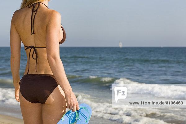 Frau  Strand  Bikini  halten  Sandale