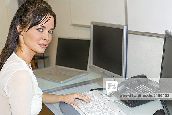 Portrait  Frau  Schreibtisch  arbeiten  Büro