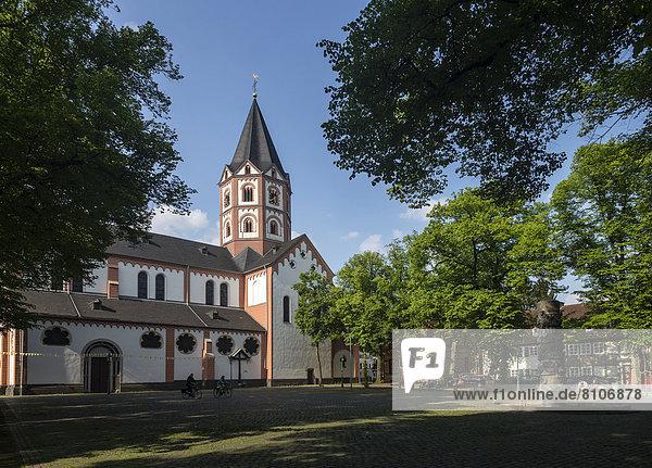 Basilika St. Margareta und Gerricusplatz  Gerresheim  Düsseldorf  Nordrhein-Westfalen  Deutschland  Europa