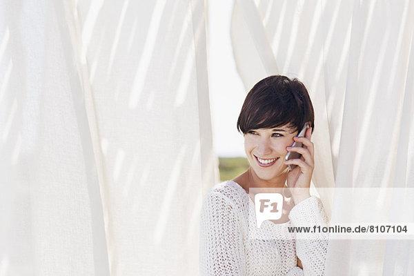 Lächelnde Frau spricht auf Handy