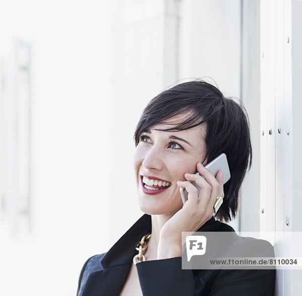 Nahaufnahme einer lächelnden Frau am Handy