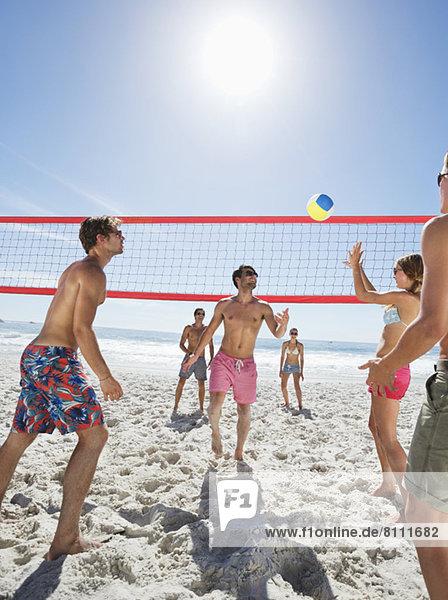 Freunde beim Beachvolleyball
