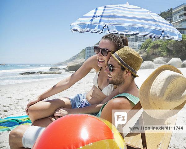 Glückliches Paar entspannt am Strand