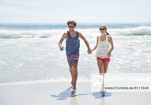 Glückliches Paar am Strand unterwegs