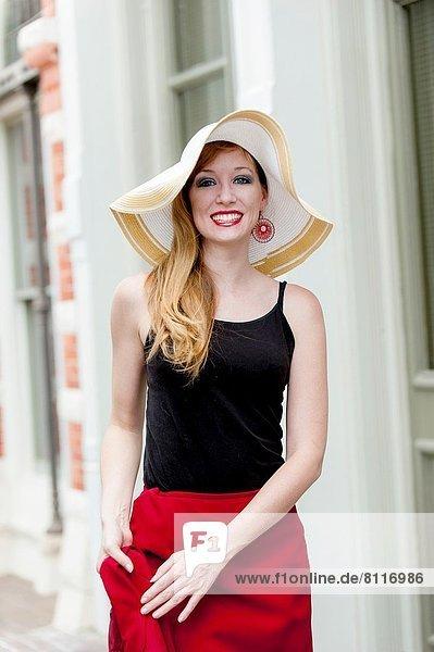 Städtisches Motiv  Städtische Motive  Straßenszene  Straßenszene  Portrait  Frau  Tischset  Hut  groß  großes  großer  große  großen  rot  Kleidung  alt  Jahr