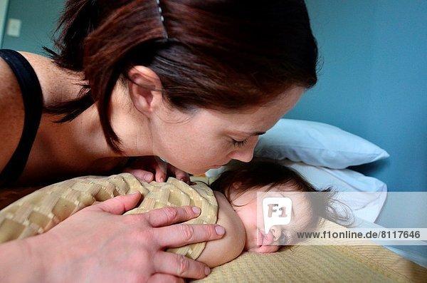 umarmen  Bett  jung  Mutter - Mensch  Baby