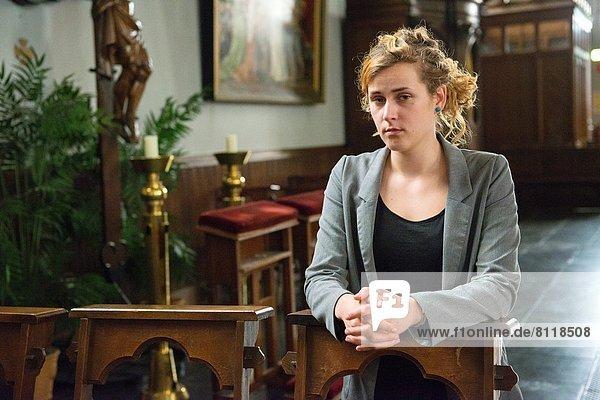 junge Frau junge Frauen Kirche Sitzbank Bank Gebet Ewigkeit Niederlande katholisch römisch