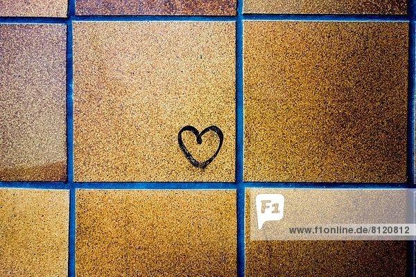 klein  Ziegelstein  streichen  streicht  streichend  anstreichen  anstreichend  herzförmig  Herz
