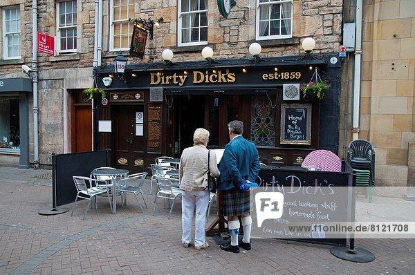Edinburgh  Hauptstadt  Europa  Außenaufnahme  britisch  Großbritannien  Straße  Stadt  Fußgänger  neu  Kneipe  Rose  Schottland