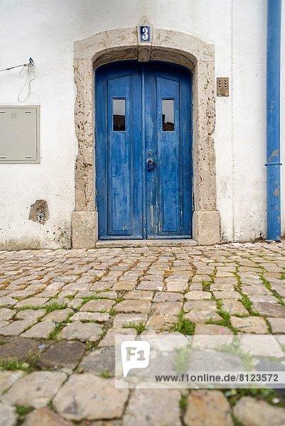 Europa Tür Straße Fassade Hausfassade blau Alfama schmal Portugal