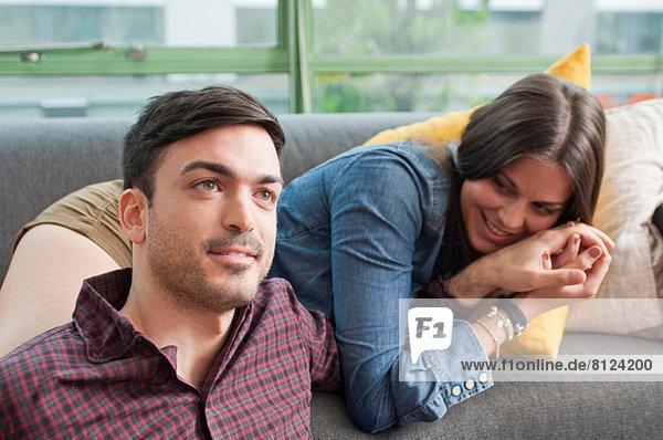 Junges Paar auf dem Sofa liegend