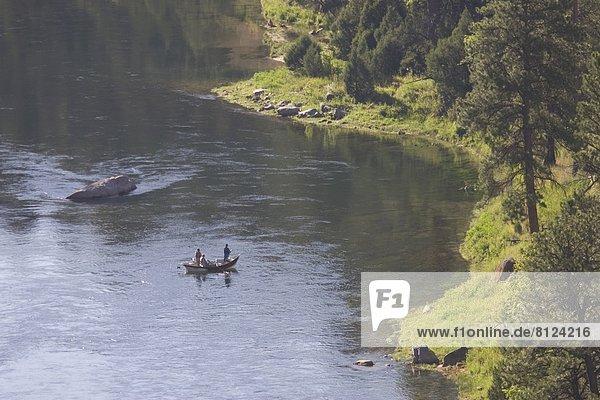 Landschaftlich schön  landschaftlich reizvoll  Farbaufnahme  Farbe  Ruhe  Boot  Querformat  angeln  Fotografie  Außenaufnahme  auf dem Wasser treiben  schwimmend  Fliegenfischen  Entspannung