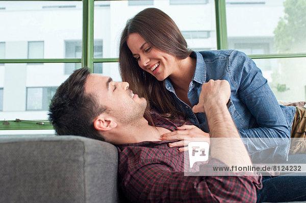 Romantisches junges Paar zu Hause  das herumalbert.