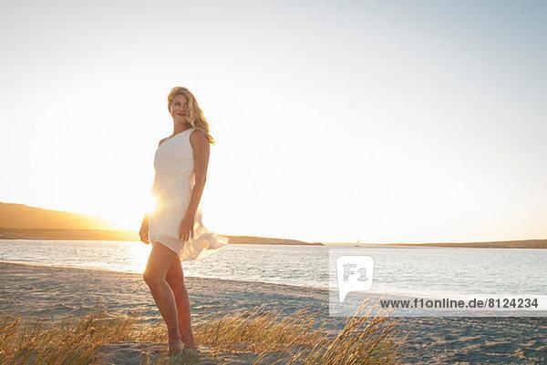 Blonde Frau posiert am Strand in der Abenddämmerung  Kapstadt  Südafrika