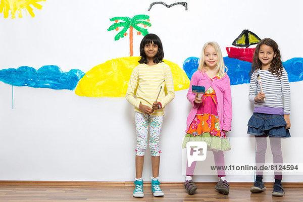 Drei Mädchen vor dem Meer und Inselwandgemälde