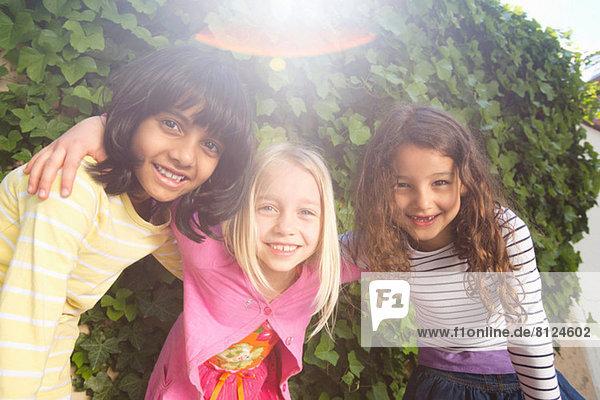 Porträt von drei Mädchen im Garten