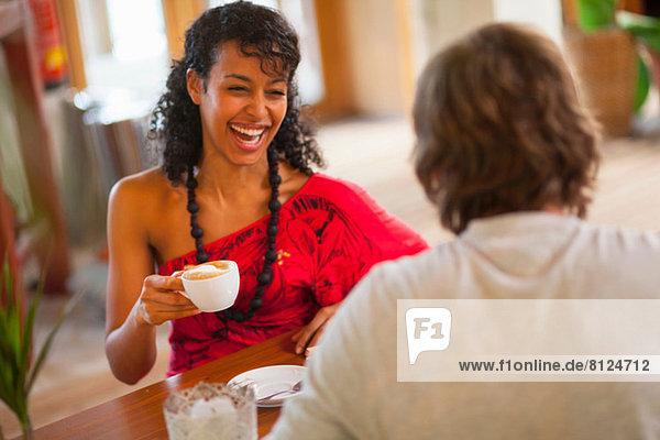 Junges Paar beim Kaffee im Café