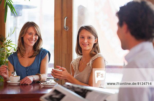 Gruppe von Freunden beim Plaudern in der Cafe Bar