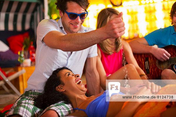 Gruppe von Freunden  die sich bei einer Indoor-Strand-Party amüsieren.