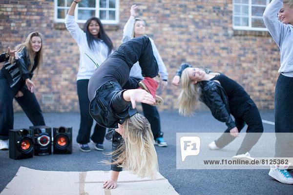 Blondes Mädchen Breakdance auf dem Spielplatz